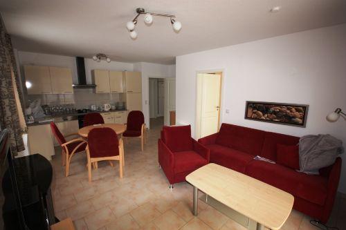 Wohnzimmer mit offener Einbauk�che