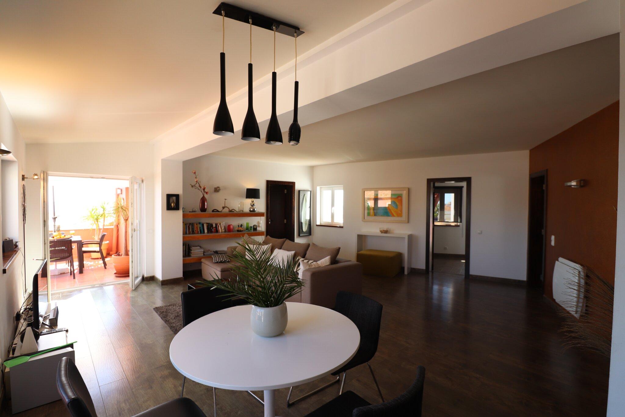 Wohnzimmer mit 2 Balkon Zugängen
