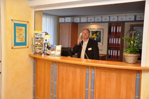 GF Jörg Frommann an der Rezeption