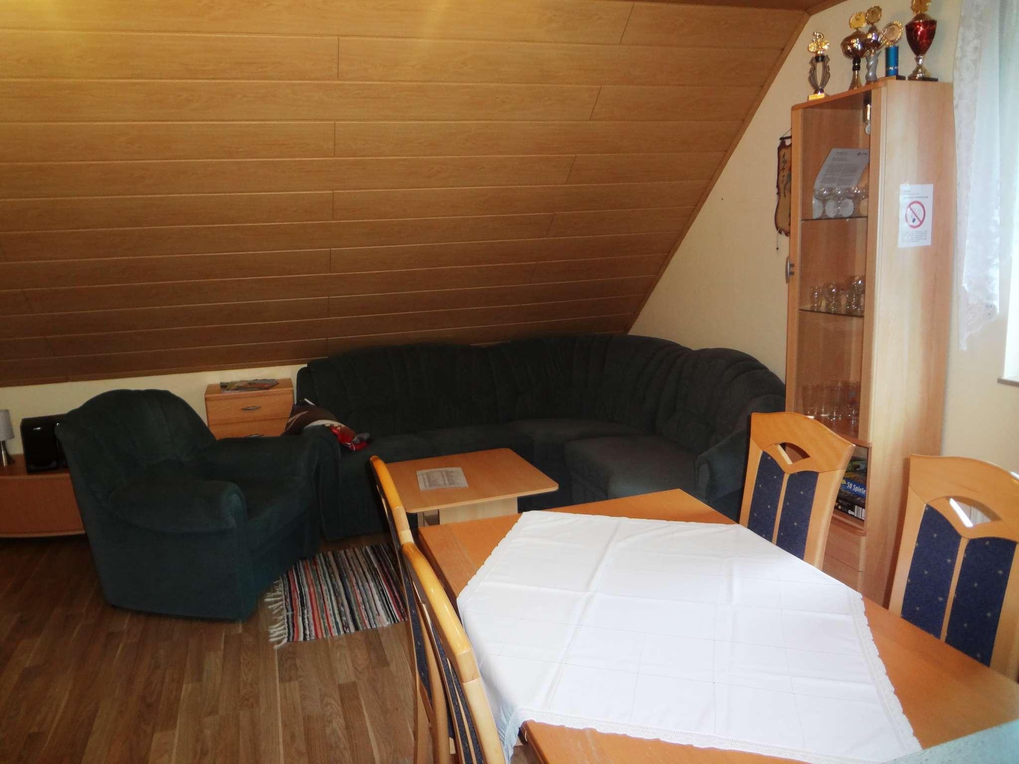 Wohnbereich mit Aufgang zu Schlafräumen