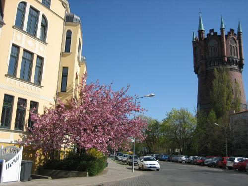 Wasserturm und Nachbarhaus
