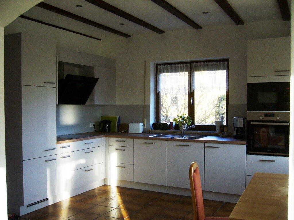 Küche mit Spülmaschine, Mikrowelle etc.