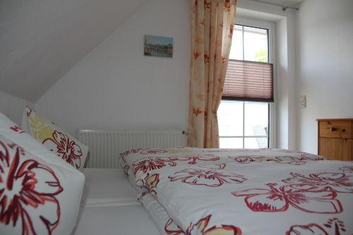 Schlafzimmer mit T�r zur Dachterrasse