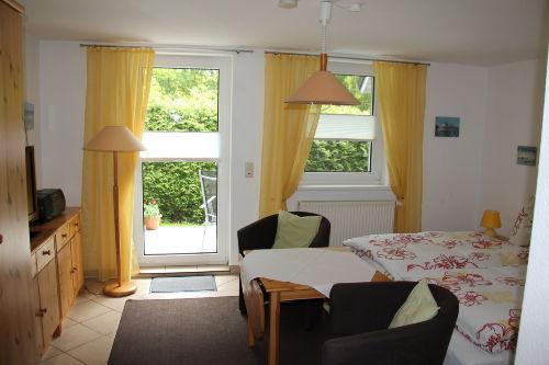 Wohn-/Schlafzimmer mit Terrassentür