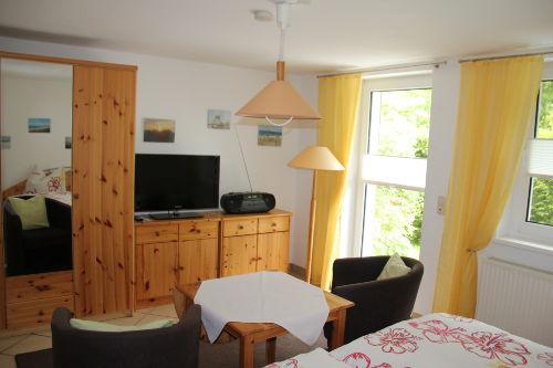 Wohn-/Schlafzimmer mit HD-TV und Radio