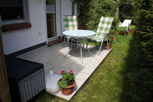 Außenterrasse mit Gartenmöbeln