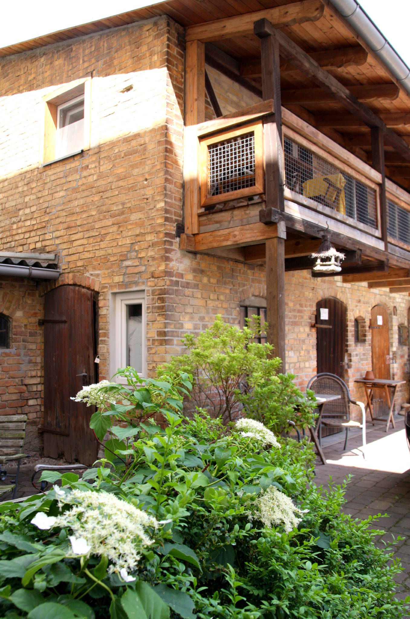 TOSKANA - Eingang mit möblierten Balkon