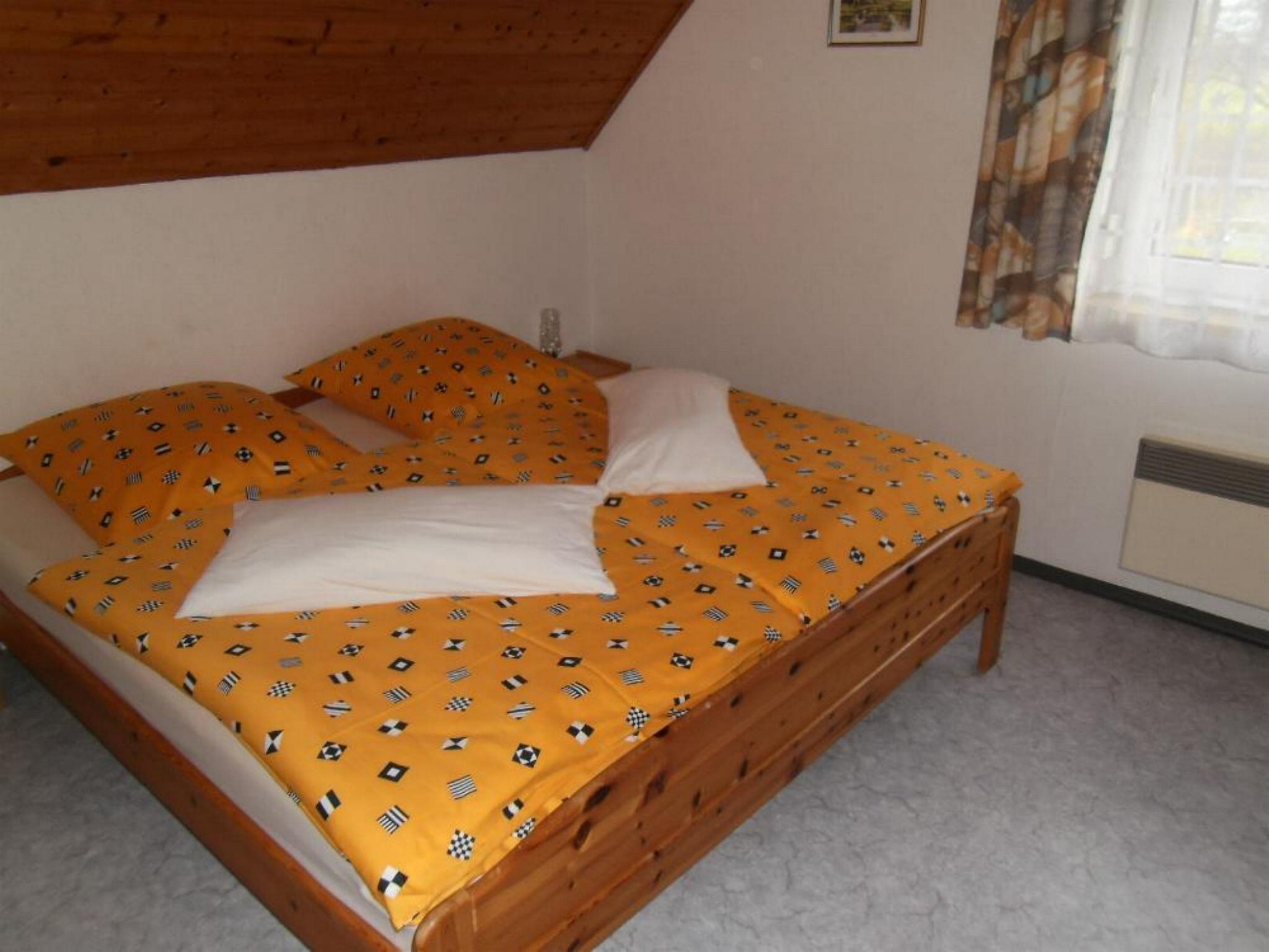 Schlafzimmer mit Doppelbett und Kb