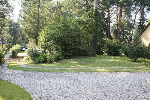 Blick von der Terrasse in den Garten