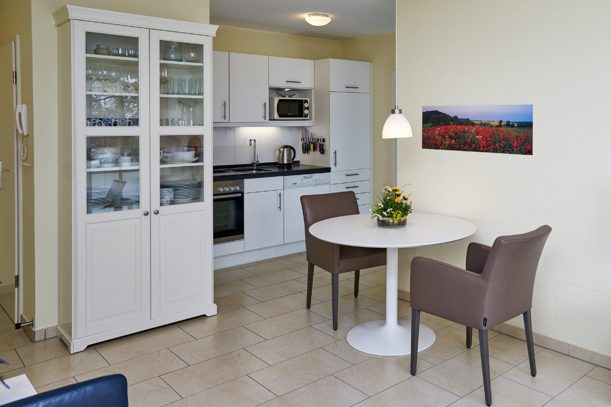 Wohnzimmer mit Blick in offene Küche