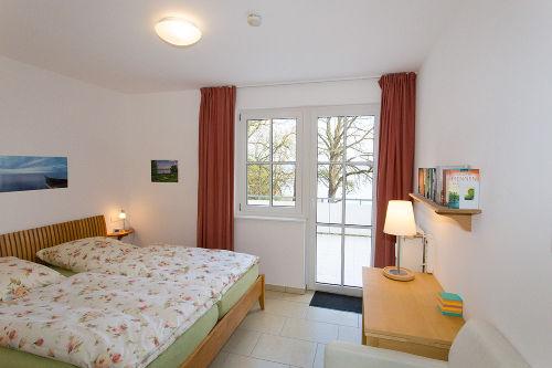 Schlafzimmer mit offener Balkontür
