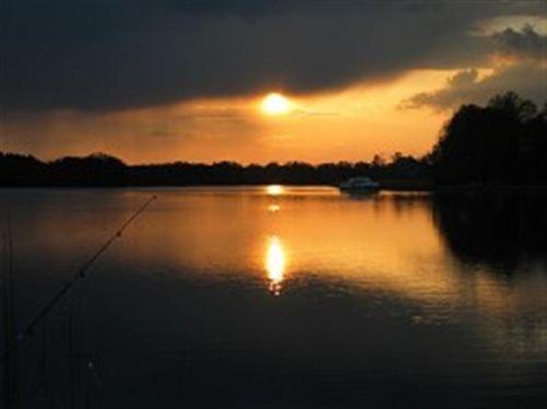 romantischer Sonnenuntergang am See