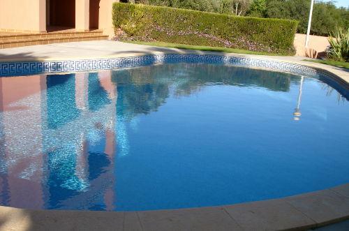 Pool vor dem Apartment