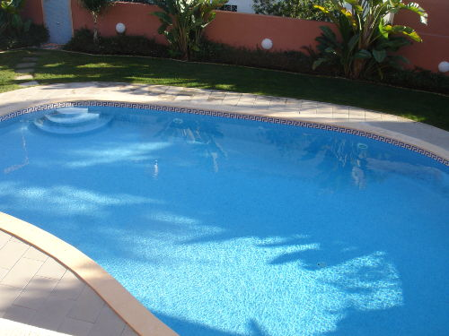 Blick auf den tropischen Garten mit Pool
