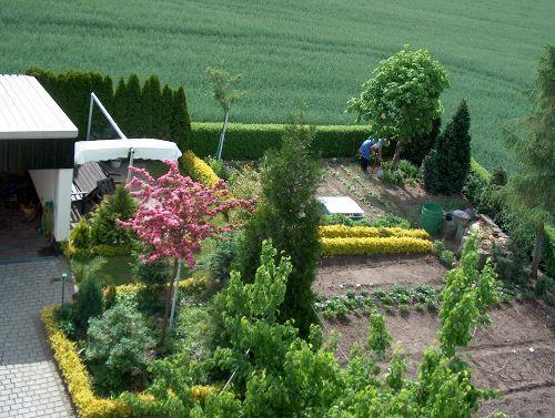 Garten mit Sitzplatz und Markise