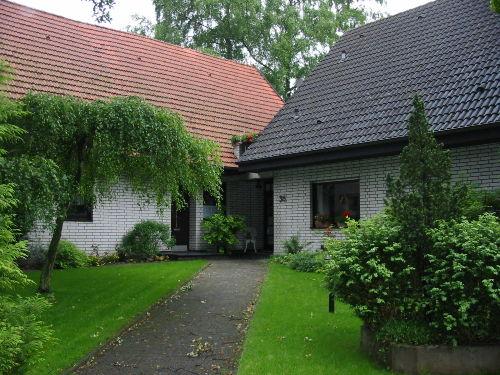 Links im Bild das Ferienhaus