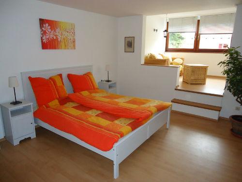 Schlafzimmer mit Doppelbett + Schlafsofa