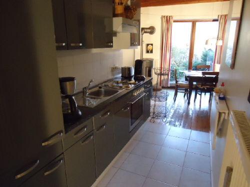 Küche mit Essplatz und Kaminofen