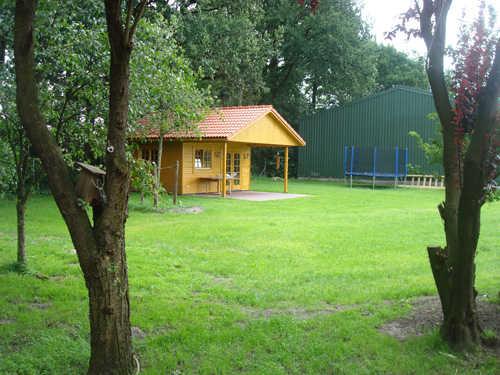 Gartenhaus mit Trampolin