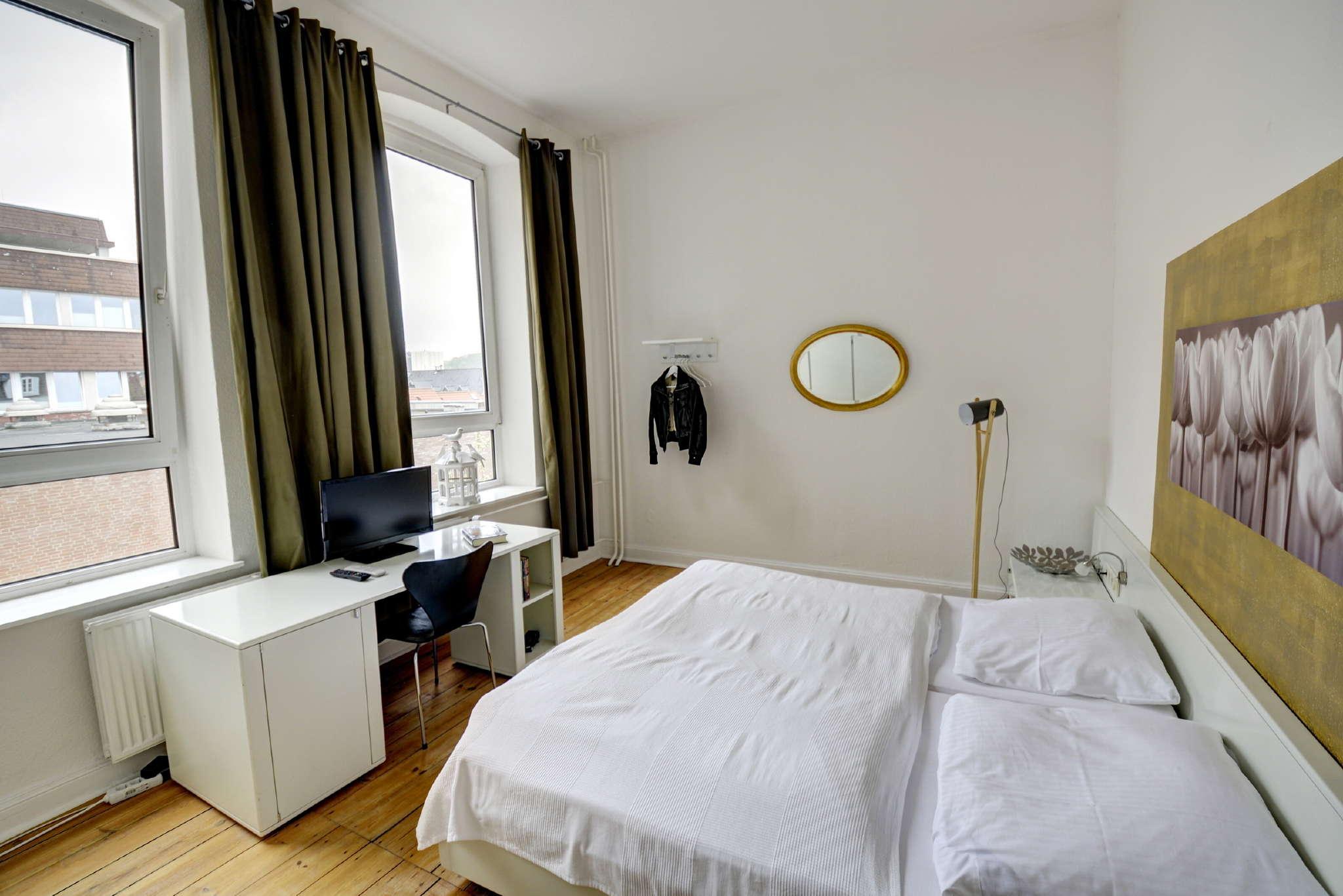 Schlafzimmer mit großem Doppelbett 2 x 2