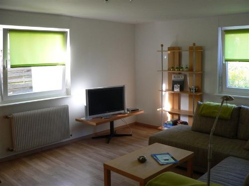 Wohnzimmer mit 82 cm LCD-Fernseher