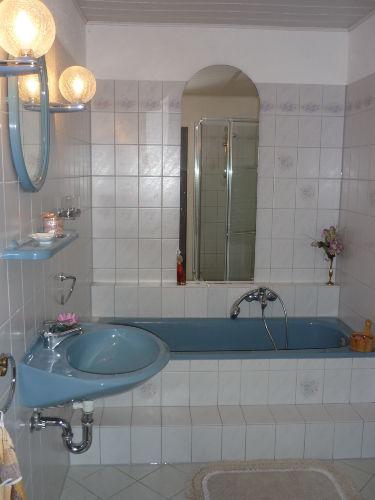 Bad mit Wanne u. Dusche (WC sep.)