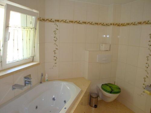 Bad mit Whirrlwanne und Dusche