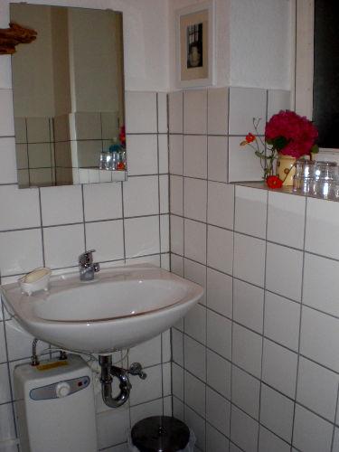 Waschbecken im WC mit Fenster rechts