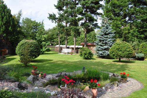 gepflegter Garten mit Liegewiese