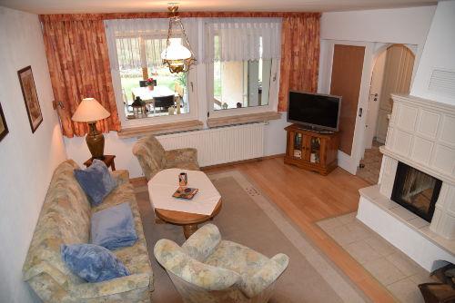 Wohnzimmer mit Couch, TV, Kamin