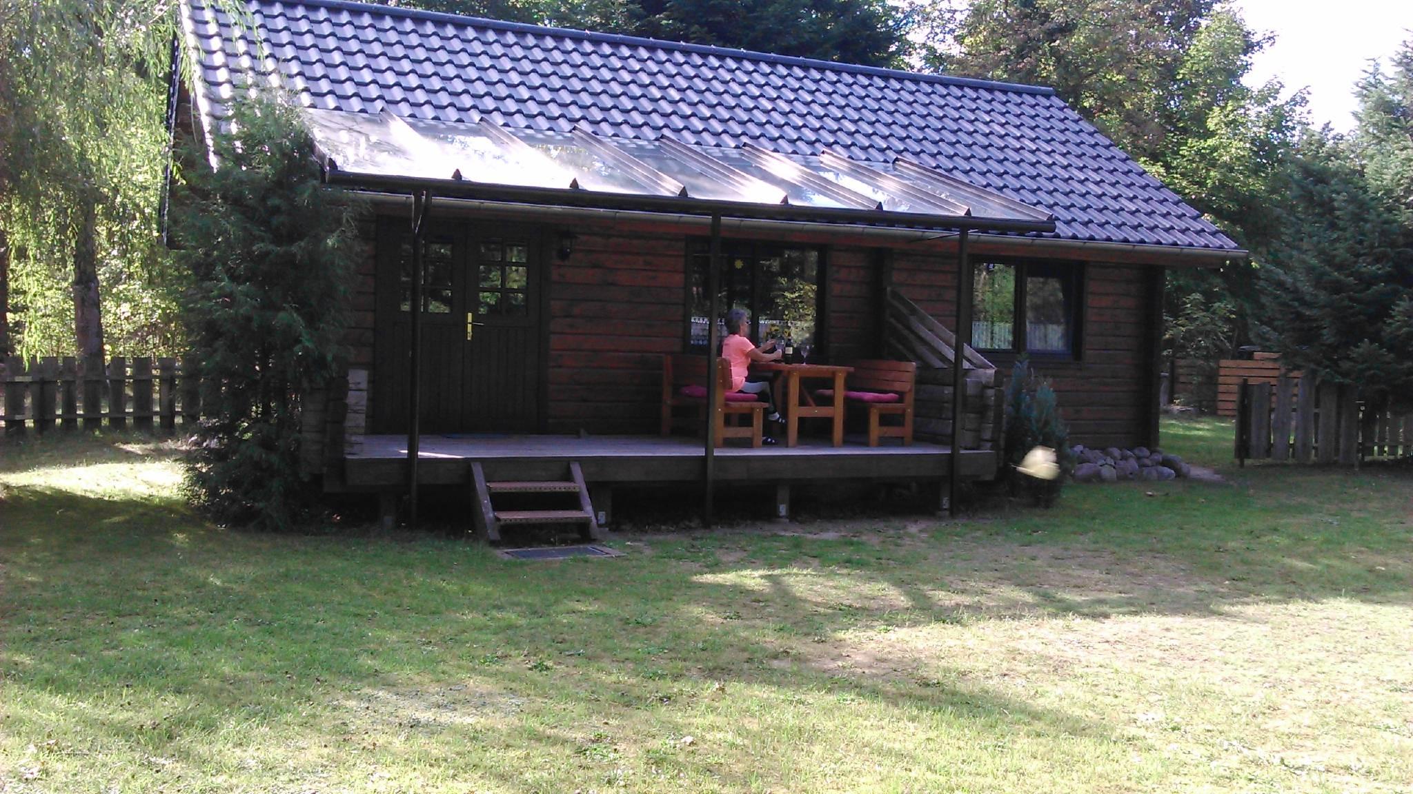 Blockhaus mit überdachter Terrasse