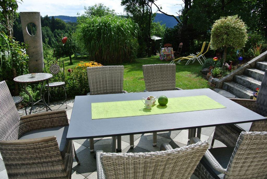 2. Terrasse mit großem Garten
