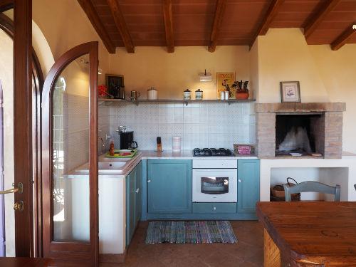 Die Küchenzeile; rechts der Kamin.