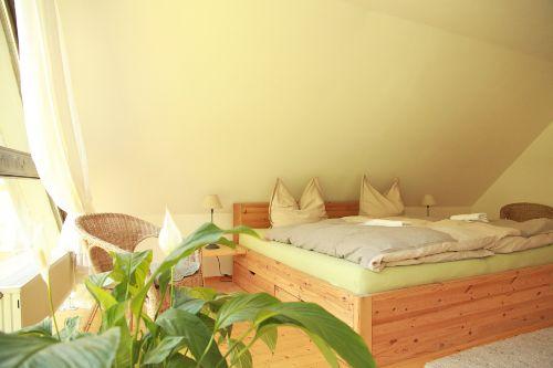 Doppelbett mit komfortablen Matratzen
