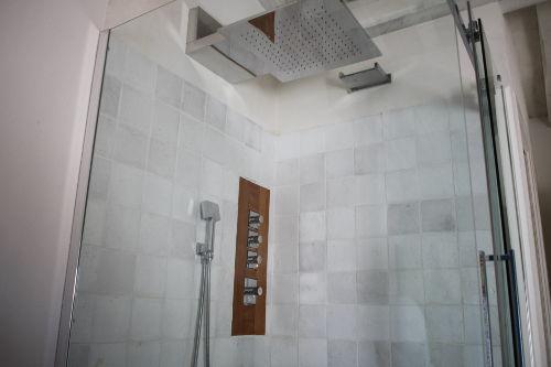 Dusche hat einen neuen große Duschkopf