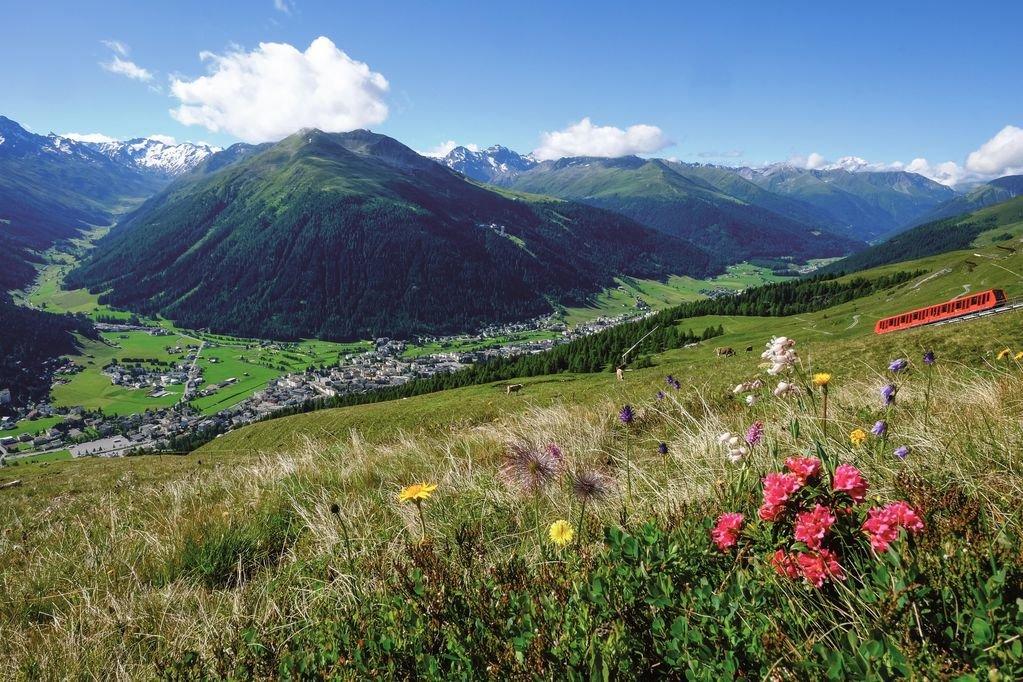 Blick auf Davos mit viel Sonne im Tal
