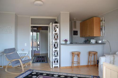Blick ins Wohnzimmer mit offener Küche