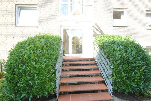 Eingangsbereich vor dem Gebäude