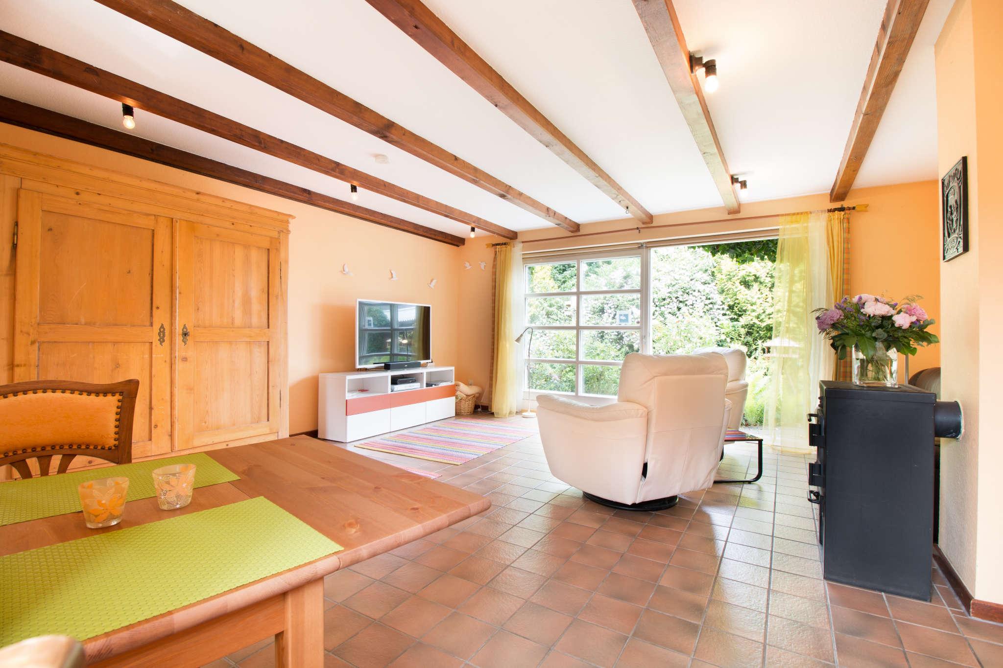 Heimeliges Wohnzimmer mit Kaminofen