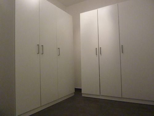 Zusatzraum mit Schränken (+ Stauplatz)