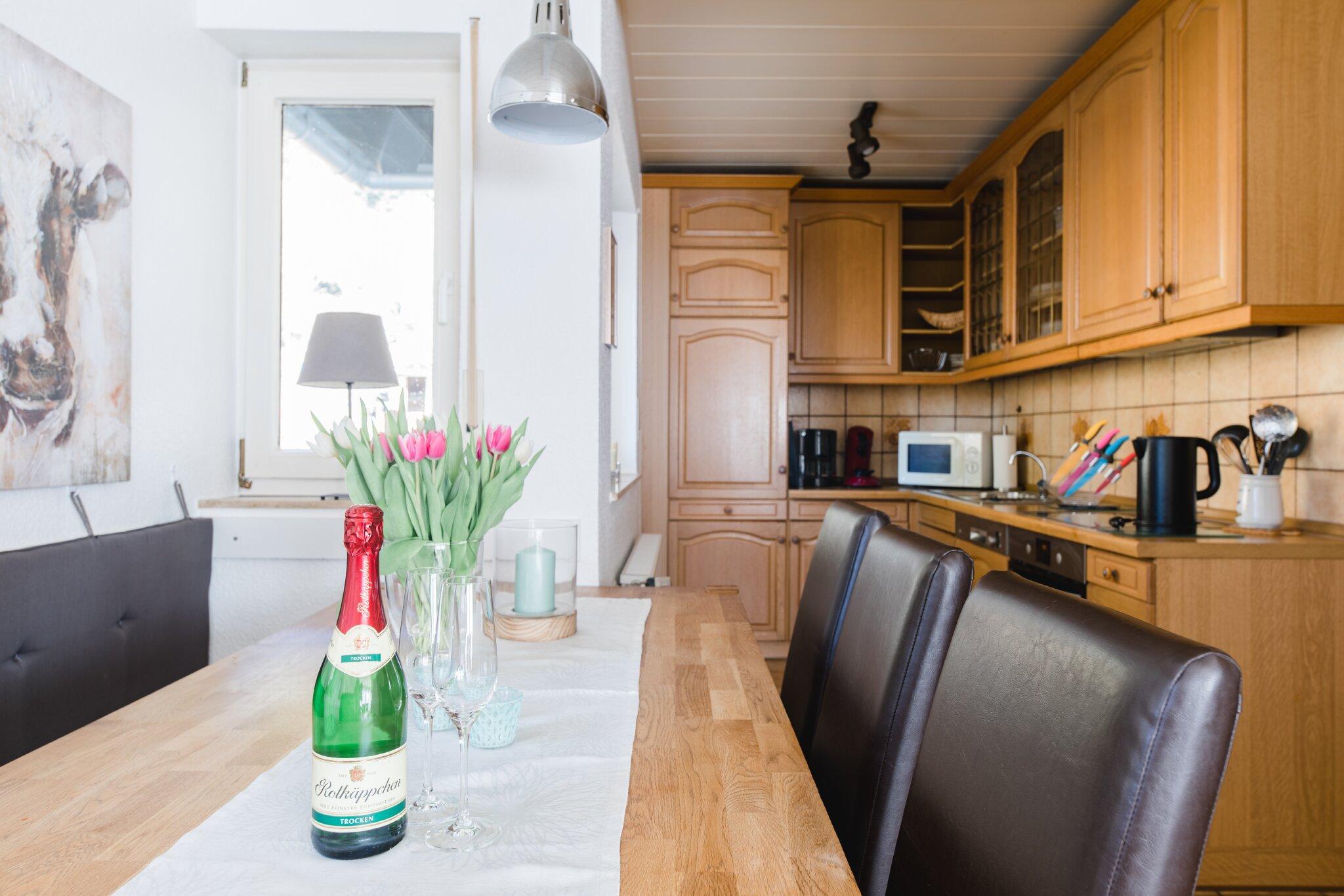 Wohnzimmer mit Kachelofen und Eßecke