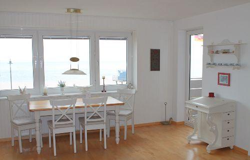 Wohnraum mit Ausgang zum Balkon