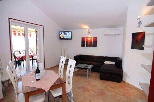 Wohnbereich mit Fernsehecke und Couch