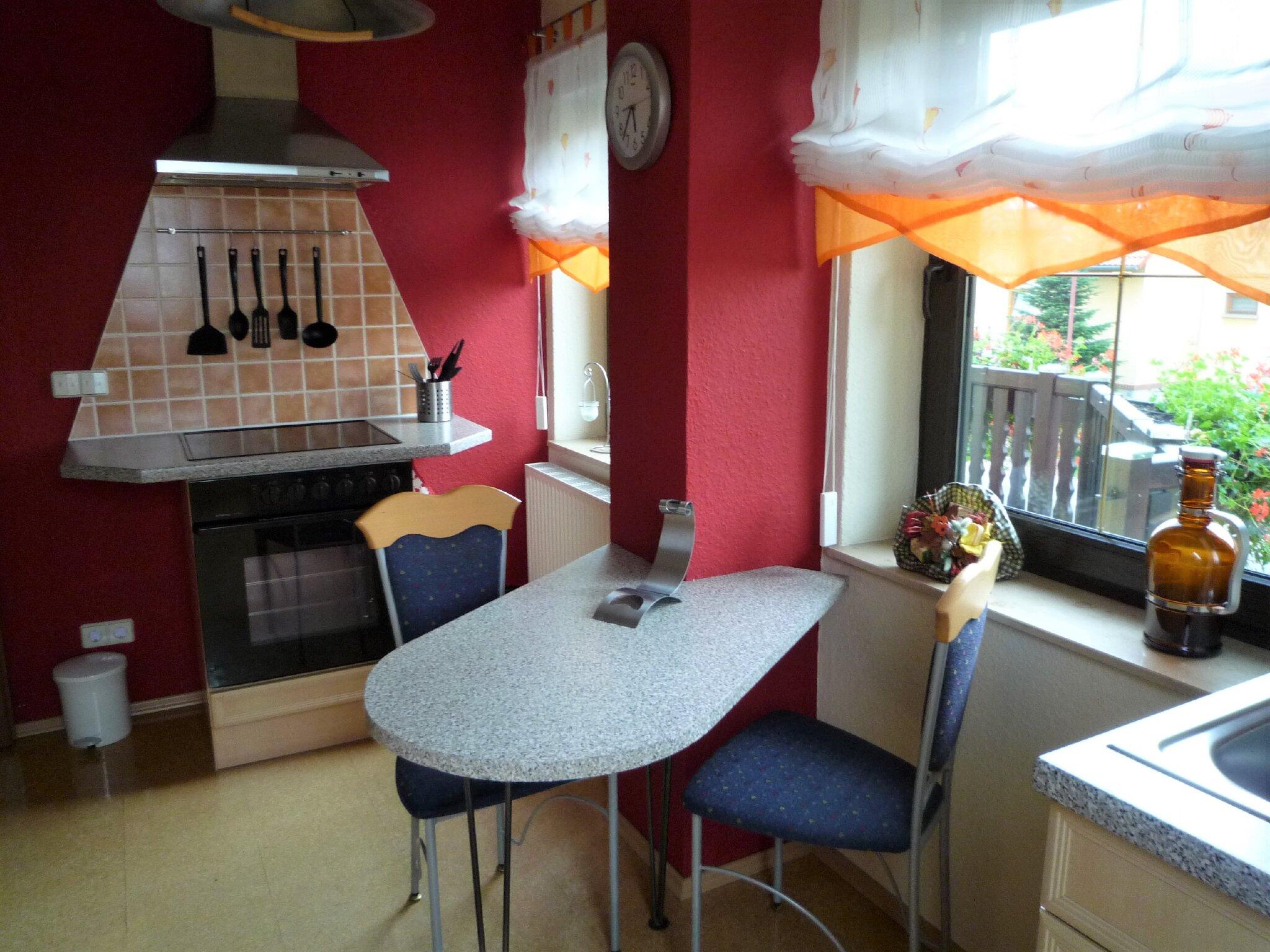 Küche mit kleinem Essplatz und Spüle
