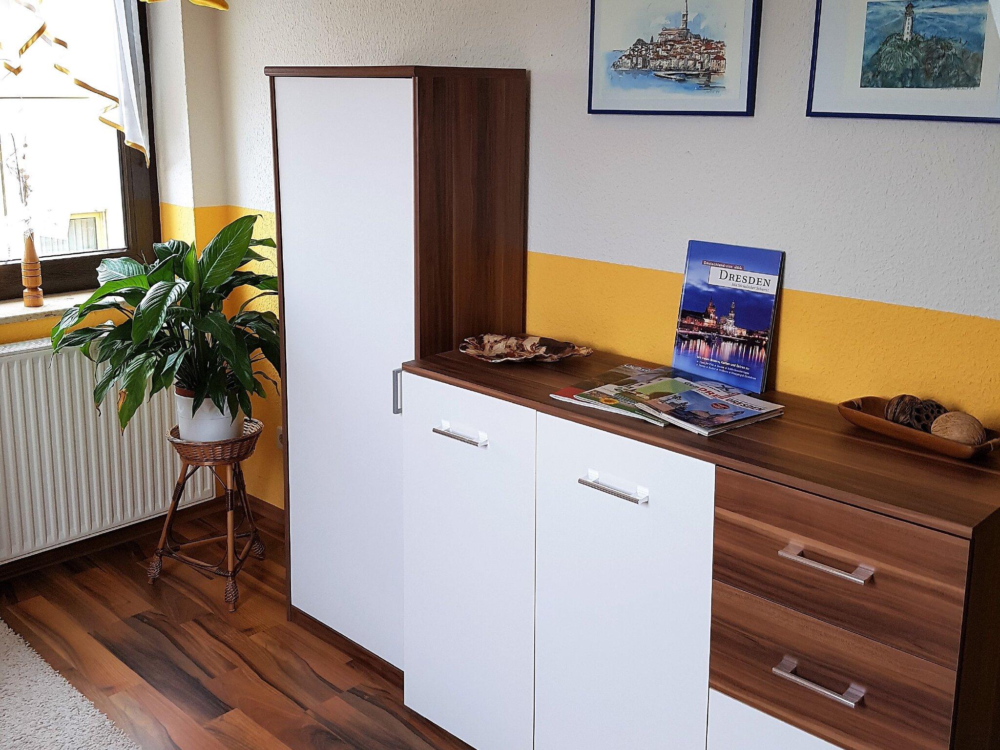 Wohnraum mit Schlafcouch / Schreibtisch