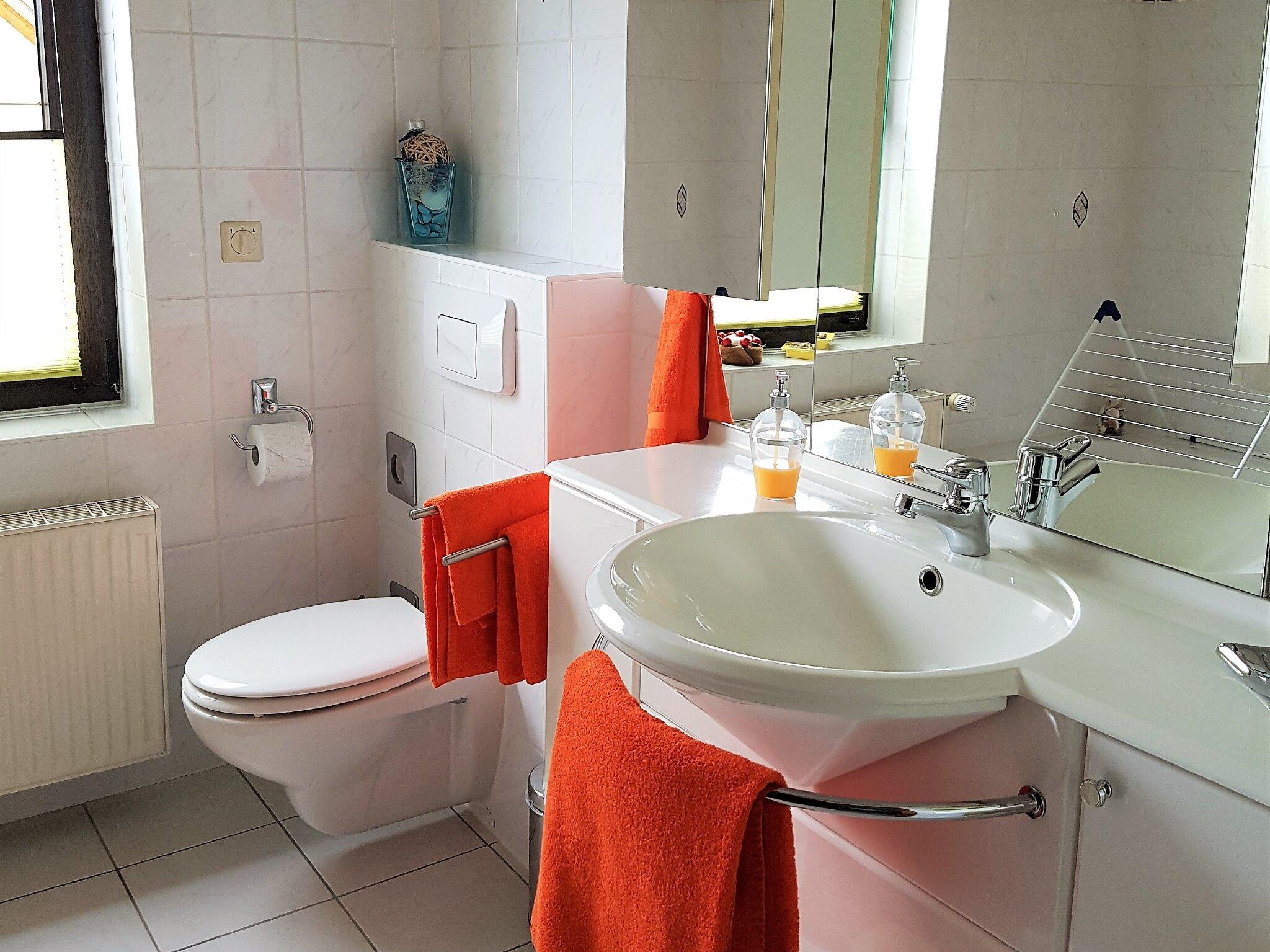 Bad mit Wanne, Dusche und WC