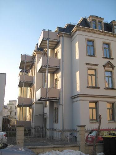 Hausansicht zur Hofseite mit Balkonen