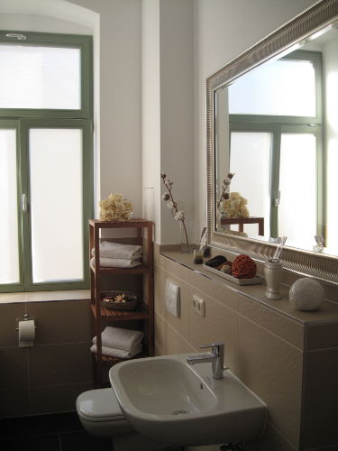 luxuriöses Bad mit Wanne und Dusche