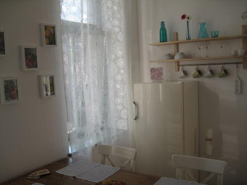 Wohnküche mit schickem Kühlschrank