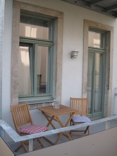 sonniger Balkon mit Teakholz-Möbeln